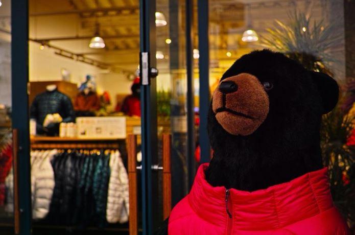 モンベルのアウトレット店舗前にいる熊