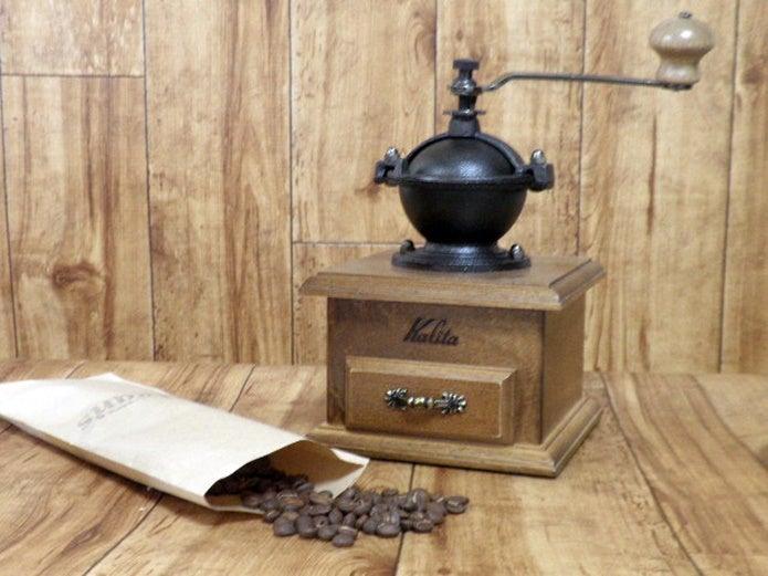 アンティークなコーヒーミルとコーヒー豆