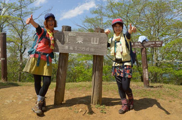 トレッキングの服装をしている女性二人