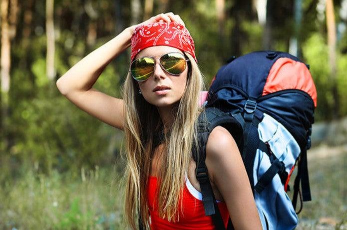 おしゃれな登山ファッションを着こなす女性