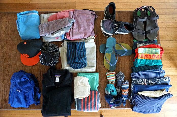 登山ファッションのアイテムを並べる