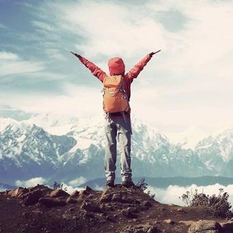 ゴアテックスのジャケットを着て山にいる人