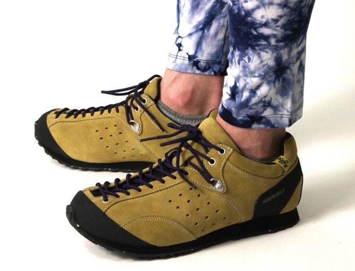 アプローチシューズを履く人の足