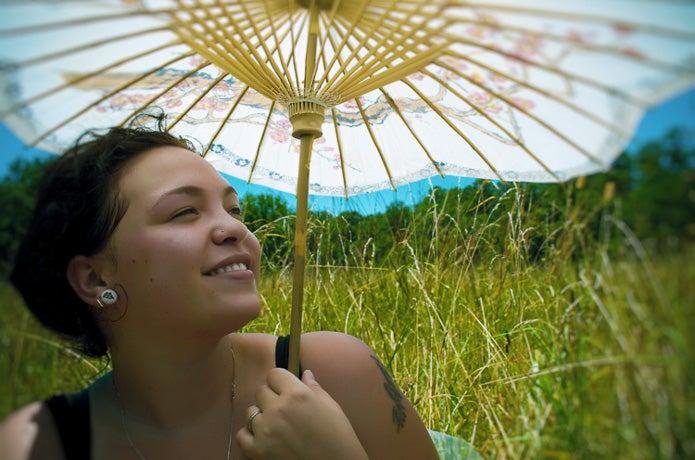 熱中症対策に日傘をさす女性
