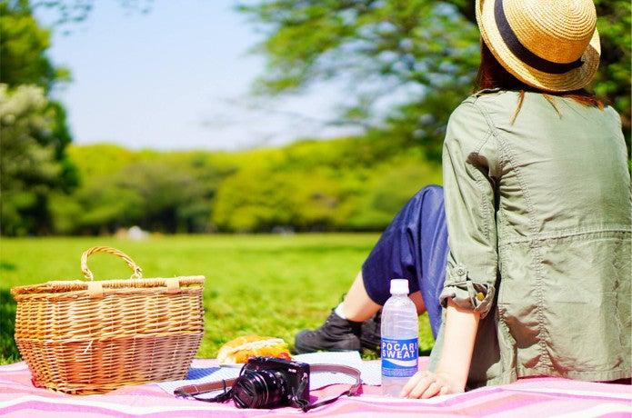 熱中症対策で帽子をかぶる女性
