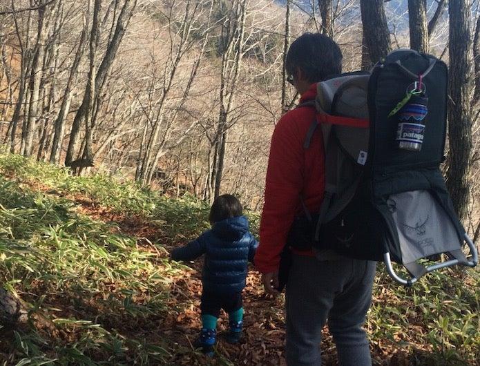 おすすめの水筒をザックにつけて登山をする親子