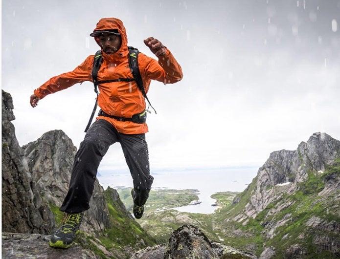ゴアテックスの洗濯をしたあとにウェアを着て山を登る男性