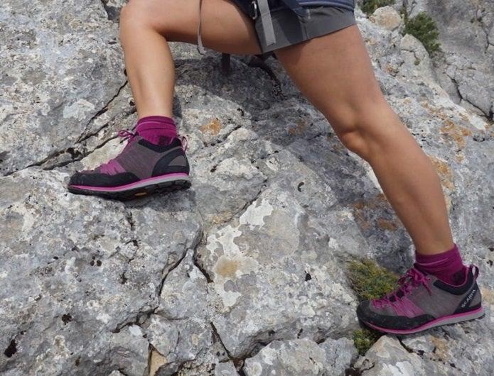 アプローチシューズを履いて岩を登る人の脚