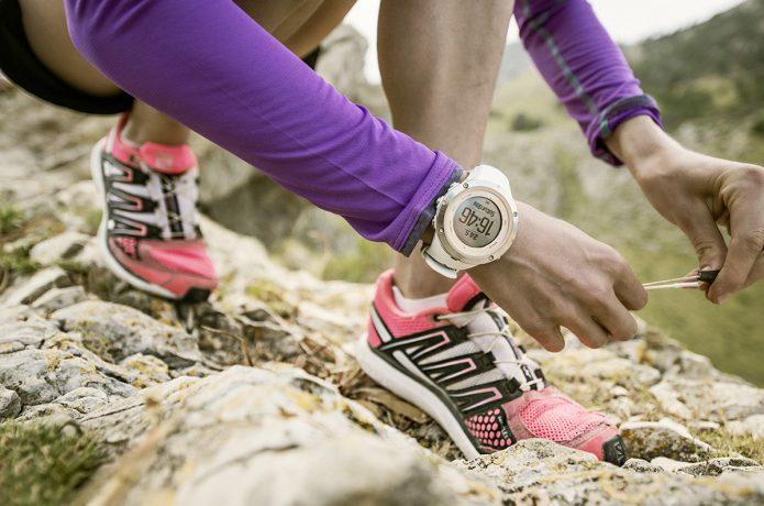 GPS時計をつけて靴紐を結ぶ女性