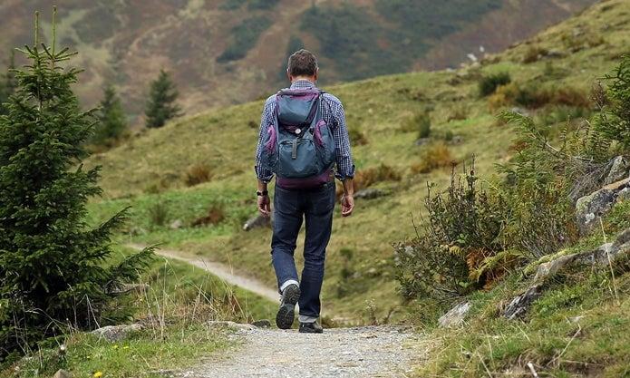 山歩きする人