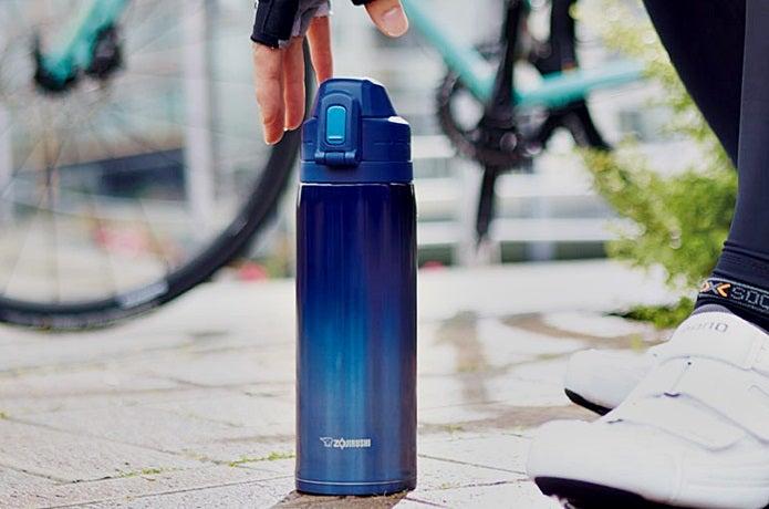 象印の青い水筒を取る瞬間