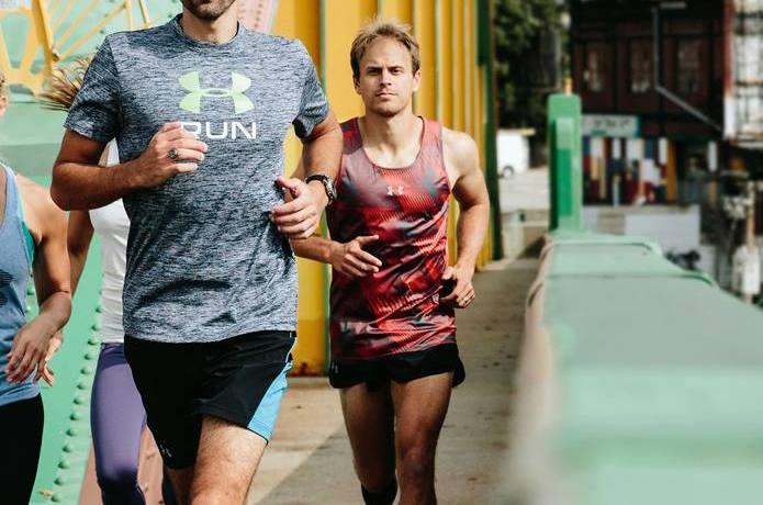 スポーツ用Tシャツを着て走る人