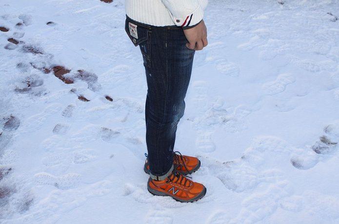 アウトドアシューズで雪道を歩く