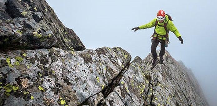 アウトドアリサーチのギアを身につけ岩を歩く男性