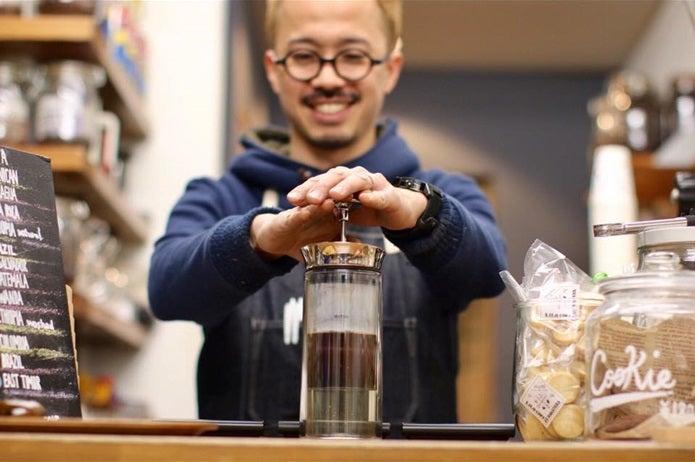 スペシャルティコーヒーを淹れる大阪のお店の男性