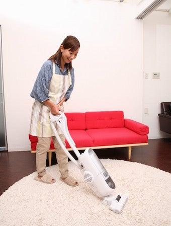 部屋を掃除する人