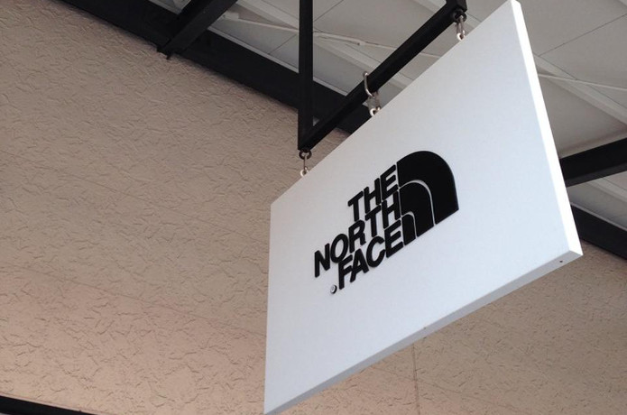 ノースフェイスアウトレットの看板