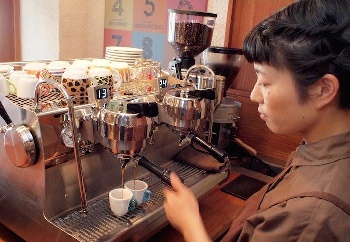 スペシャルティコーヒーを淹れる女性