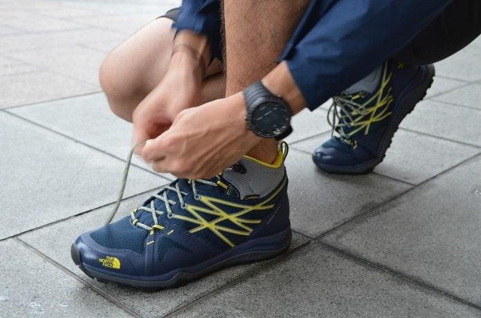 アウトドアシューズの靴紐を結ぶ