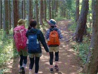 秋のファッションを楽しむ山ガール3人