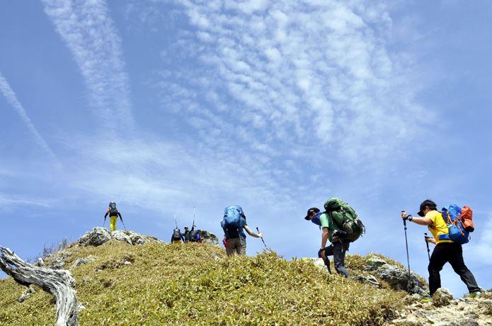 登山ツアーで歩く人々