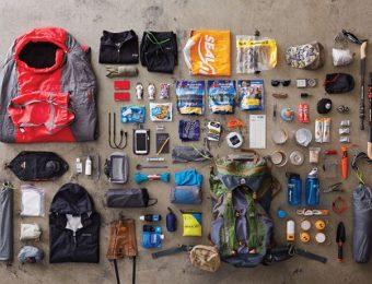 登山の道具を並べた写真