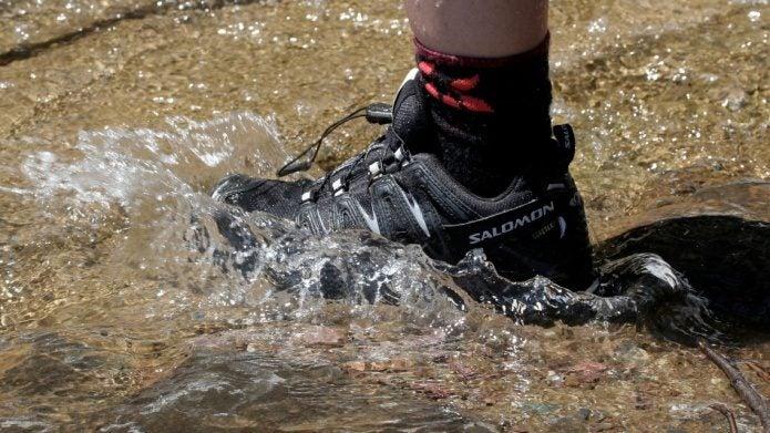 アウトドアシューズで川を歩く足