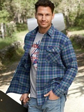 ネルシャツを羽織る男性