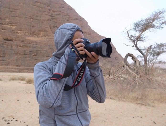 防蚊ウェアを着て写真を撮る人