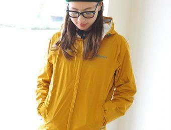 パタゴニアのレディースジャケットを着る女性