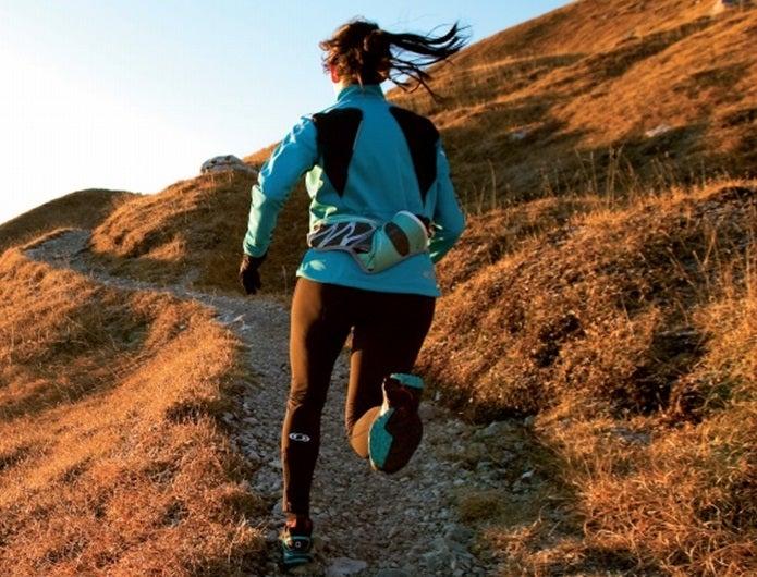 ランニングバッグをつけて走る女性