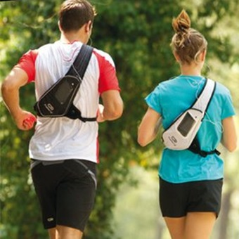 ランニングバッグをつけて走る男女