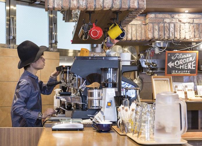 スペシャルティコーヒーを淹れる男性
