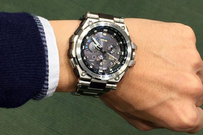 G-SHOCKのMTGの時計をつける男性の腕