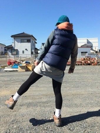 秋っぽい落ち着いたファッションをする山ガール
