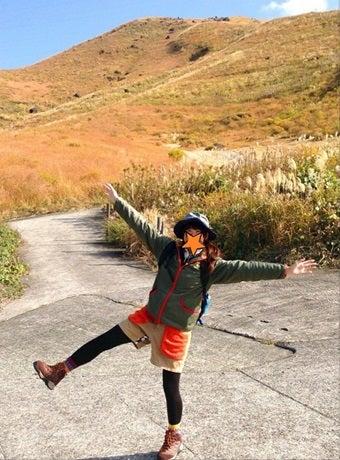秋ファッションをする山ガール