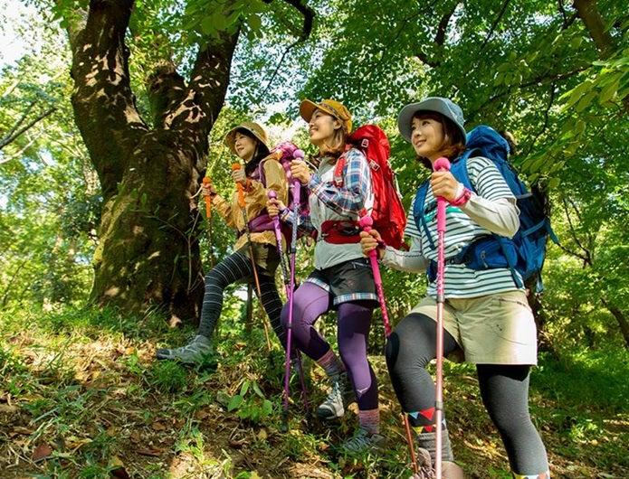 秋のファッションをして歩く山ガール3人