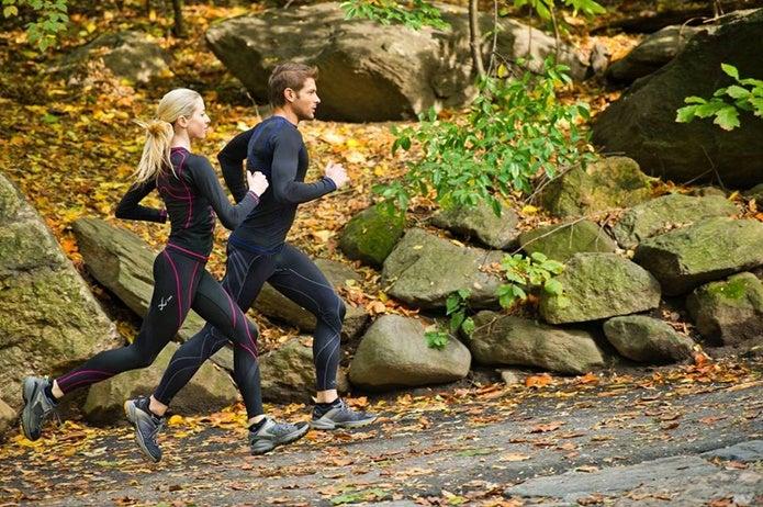 コンプレッションタイツ、ウェアを着て走るカップル