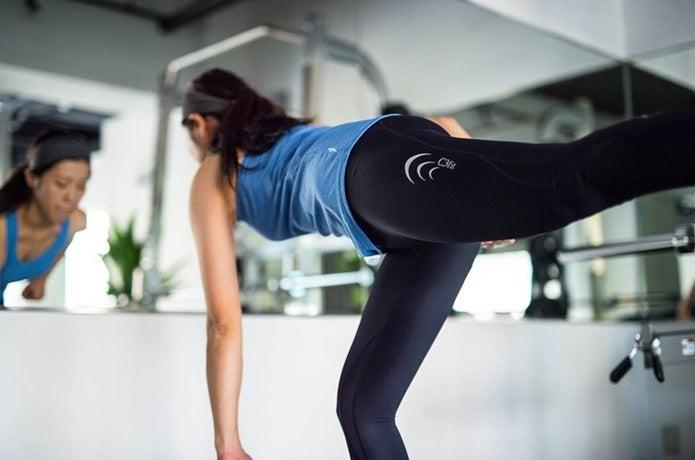 コンプレッションタイツを履いて運動する女性