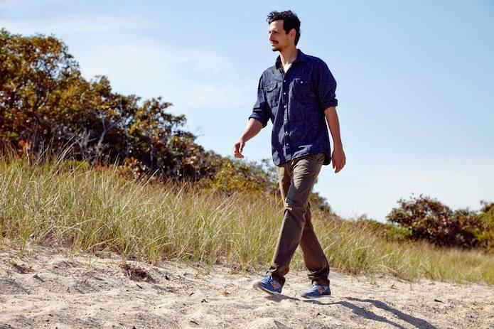 ニューバランスの靴を履いて歩く人