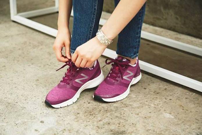 ニューバランスの靴を履く人