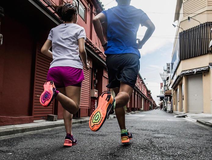 ジョギングシューズを履いて走る男女