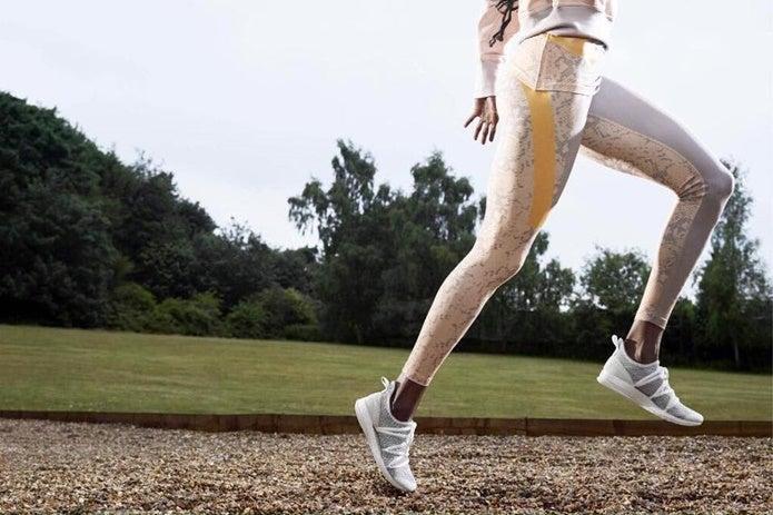 スポーツタイツを履いて運動する人