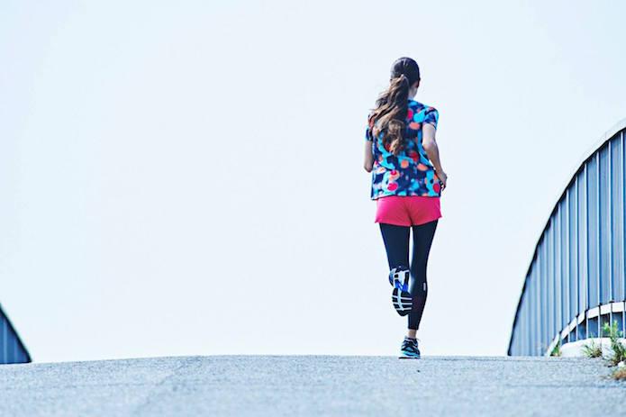 ジョギングシューズを履いて走る女性