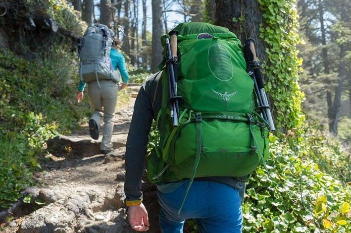 オスプレーのザックを背負って山を登る人