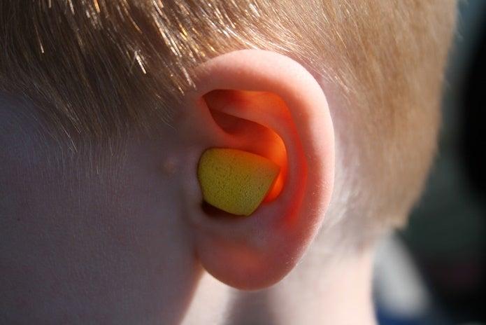 耳栓をする人の耳