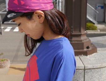 ノースフェイスのキャップをかぶった女性