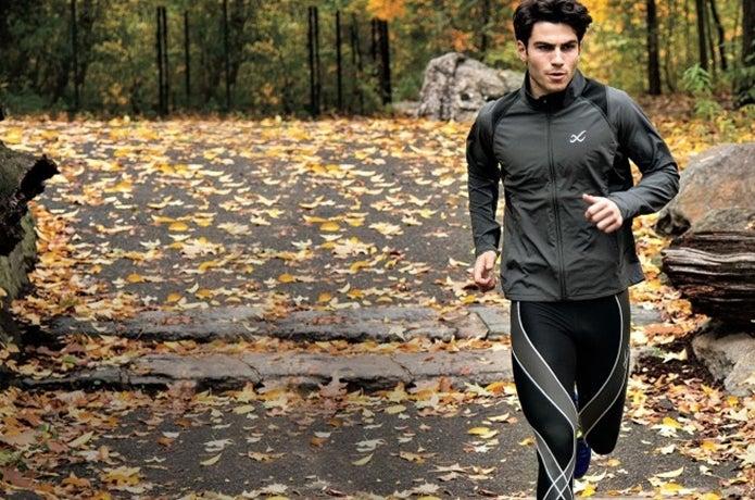 スポーツタイツを履いて走る男性