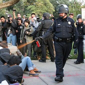 暴徒鎮圧にスプレーを使う警官