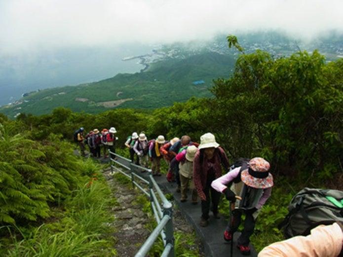 東京で登山をする人の列